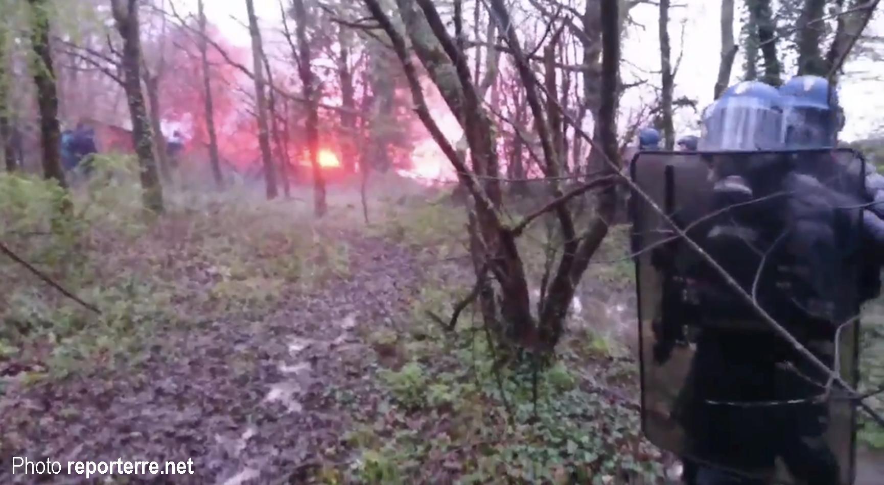 Gendarmes mobiles dans le bois