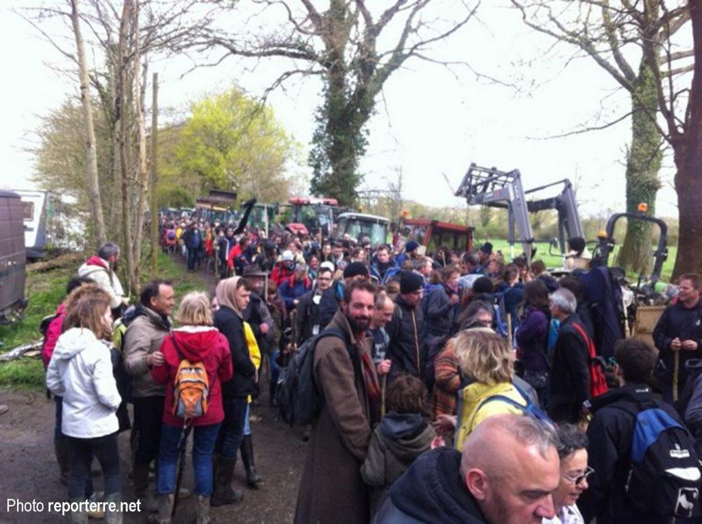 La foule des manifestants converge vers le Gourbi