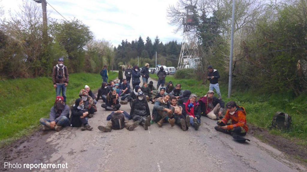 La Rolandière, 30 personnes assisesbloquent les blindés.