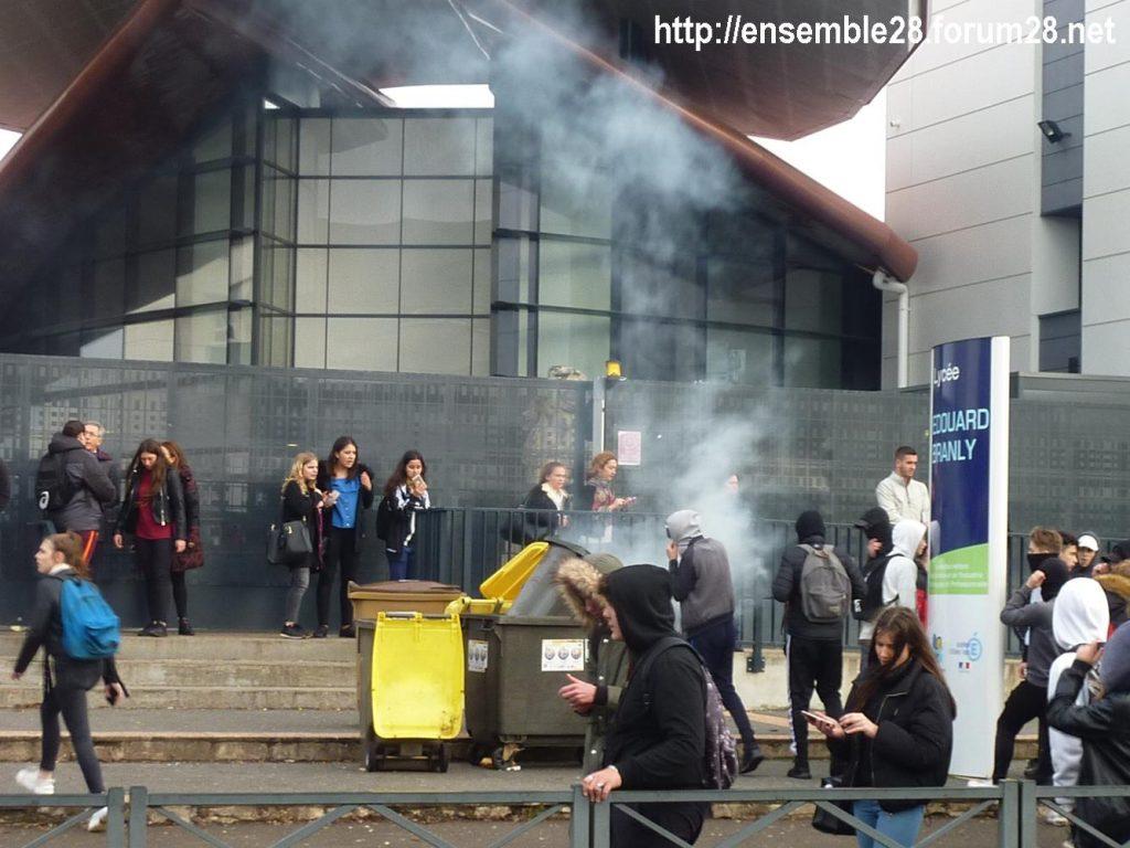 Dreux 07-12-2018 Manifestation Lycéens 05 Poubelle en feu devant Branly