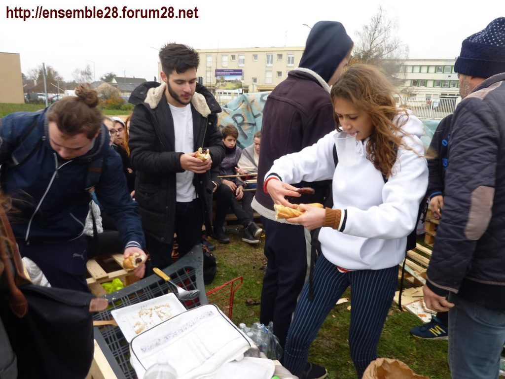 Chartres 07-12-2018 Manifestation Lycéens 12 Jehan-de-Beauce Barbecue