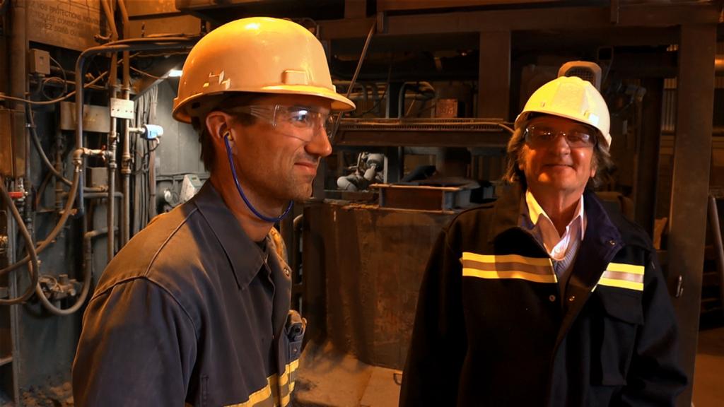 La Sociale [Photo 4] Michel Étiévent, historien, (à droite) s'entretient avec un jeune ingénieur de La Léchère, en Savoie, qui connaît peu Ambroise Croizat, l'enfant du pays