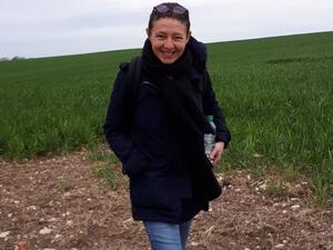 Amélie Astury, 30 ans, a décidé de réaliser un rêve qui la tient depuis qu'elle a 18 ans : aller vivre au fin fond de l'Ariège et devenir paysanne dans la ferme qu'Alice, sa grand-mère de 92 ans n'a jamais quitté. Sa détermination et son bon sens paysan déjà affirmés donnent envie de croire à son projet : faire pousser un verger bio sur les 23 hectares qui s'étendent autour de la ferme. Alain, son père, cadre commercial à Toulouse, est inquiet pour elle : il a trop vu ses parents souffrir au travail. Elle doit se battre pour le convaincre de lui mettre les terres à disposition car elle ne pourra rien faire sans son soutien. Dans la région d'Avignon, ce n'est qu'au bout de 10 ans de pratique agricole que Justine Vigne a pu réaliser son rêve de devenir vigneronne sur les terres de son père, Marc, qui a encore des doutes sur sa capacité « à devenir paysanne ». Car il fait partie de cette génération qui considère que la terre est un sacerdoce, on doit tout lui sacrifier… Le duo évolue avec un mélange tendresse et d'échanges bougons. Un duo étonnant : Justine l'hédoniste qui élève son vin en amphore et Marc l'agriculteur qui a une vision dure et austère du métier. De plus en plus de jeunes femmes se lancent dans le vin. Mais une femme qui reprend une exploitation viticole, tenue par sa mère, c'est plus rare. Au pied de la montagne noire, dans un paradis perché au milieu de 12 hectares de cépages ancestraux rares, vivent deux vigneronnes, la mère et la fille, Patricia et Cécile Domergue. Depuis quatre ans, elles travaillent ensemble. Cécile est née ici, elle va bientôt diriger le domaine car Patricia va prendre sa retraite. Mais Patricia réfléchit à la manière dont la succession de ce patrimoine prestigieux doit s'organiser sans léser Virginie, sa fille aînée qui ne vit pas sur le domaine.