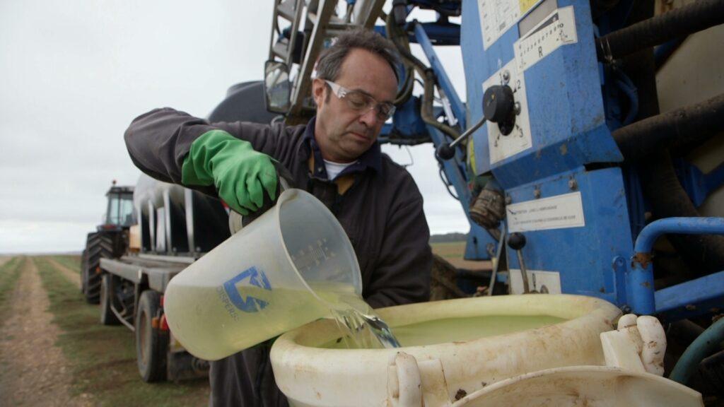 Un agriculteur prépare du glyphosate pour l'épandre
